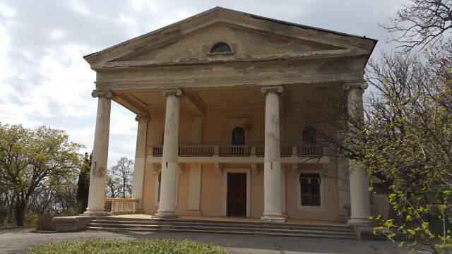 Административный корпус, построенный в 1954 году, последние 20 лет не ремонтировался.
