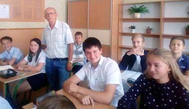 Потомственный учитель Владимир Бартенев со своими восьмиклассниками