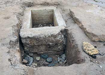 Античное захоронение нашёл  на набережной случайный прохожий