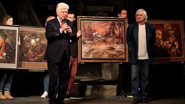 Л. Герасимов (справа) передаёт А. Ермачкову свои работы