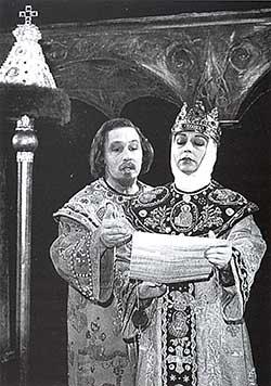 Спектакль «Царь Фёдор», в роли Царя — В. Денщиков, в роли его жены Ирины Фёдоровны — Н. Малыгина