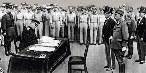 На историческом снимке запечатлён процесс капитуляции Японии