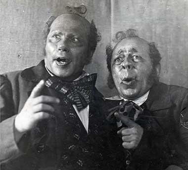 С. Карникола (справа) в роли Бобчинского в комедии «Ревизор»